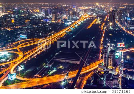 태국 수도 방콕의 밤의 고속도로 31371163