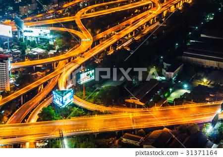 태국 수도 방콕의 밤의 고속도로 31371164