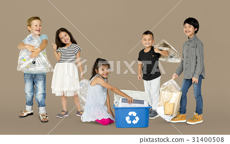 Diverse Group Of Kids Recycling Garbage 31400508