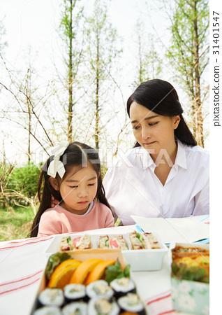 공원에 있는 딸과 엄마 31401547