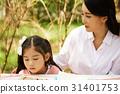 공원에 있는 딸과 엄마 31401753