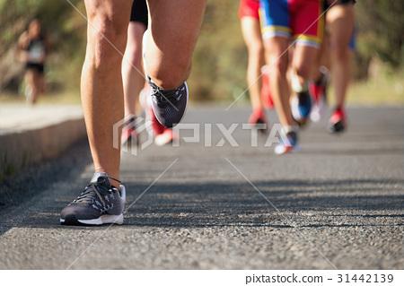 Marathon running in the light of evening 31442139