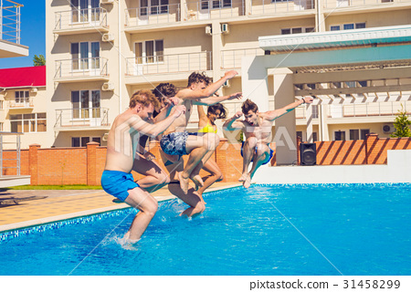 Party at smimming pool. Group of cheerful friends 31458299