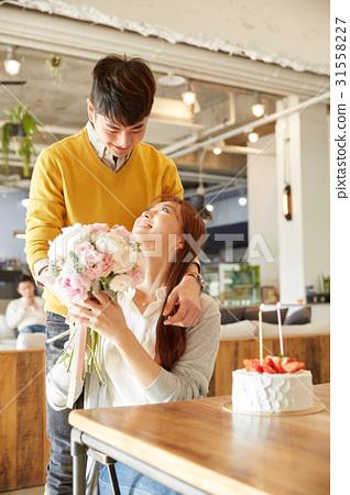 커플,꽃다발,케이크,카페 31558227