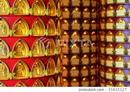 光明燈 點燈 廟裡 寺廟 廟宇 神 神明 拜拜 虔誠 祈福 平安 安太歲 新年 春節 許願 光明燈座 31615127