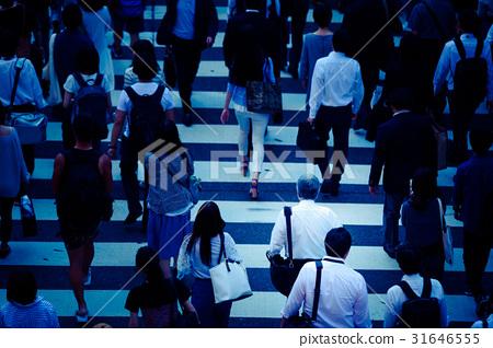 Crowd crosswalk 31646555