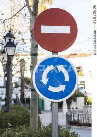 스페인의 차량 진입 금지 및 교차로 (로터리) 도로 표지판 31650006