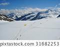 ทุ่งหิมะเต็มไปด้วยทิวทัศน์ของธารน้ำแข็ง Aletch จากกระท่อมบนภูเขาของ Momohi ของเทือกเขาแอลป์สวิสที่มีชื่อเสียง 31682253