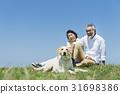 资深夫妇和狗草原和蓝天 31698386