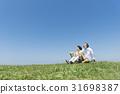 資深夫婦和狗草原和藍天 31698387