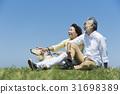 資深夫婦和狗草原和藍天 31698389