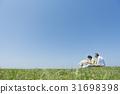 资深夫妇和狗草原和蓝天 31698398
