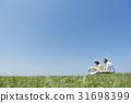 資深夫婦和狗草原和藍天 31698399