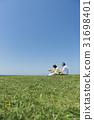 资深夫妇和狗草原和蓝天和海 31698401