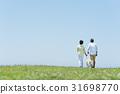 资深夫妇和狗草原和蓝天 31698770