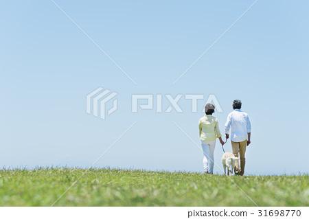 시니어 부부와 강아지 초원과 푸른 하늘 31698770