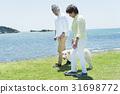 시니어 부부와 강아지 초원과 푸른 하늘 31698772