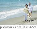 资深夫妇和狗海滩 31704221