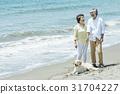 资深夫妇和狗海滩 31704227