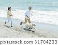 시니어 부부와 개 해변 달린다 31704233