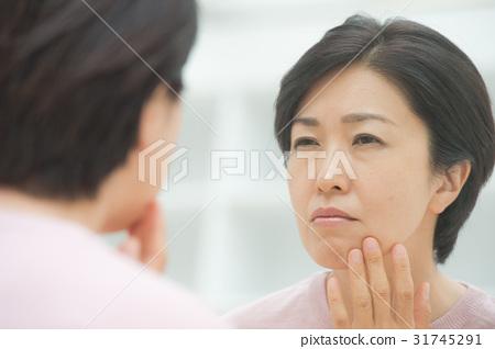 피부를 걱정하는 미들 여성 31745291