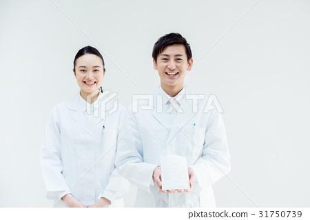 男人和女人穿著白大褂 31750739