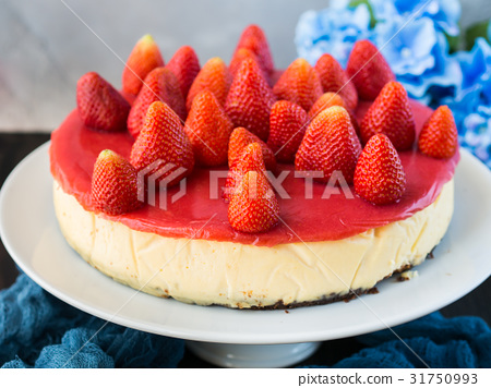 Home made strawberry baked cheese cake 31750993