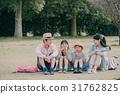 一個家庭在公園野餐 31762825