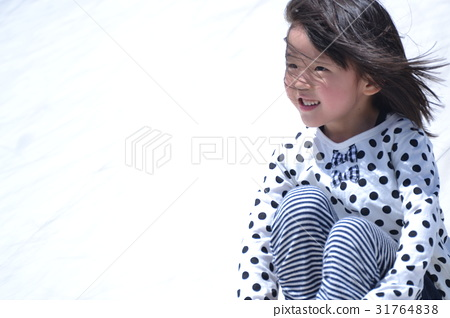 女孩在玩孩子 31764838