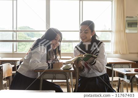 在午休時間自學的女學生 31767403