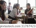 在假日期間,看見參考書的學校女孩 31767423