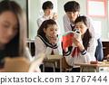 在假日期间,高中学生观看参考书 31767444