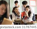 在假日期間,高中學生觀看參考書 31767445