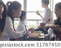在教室裡吃午飯的高中生 31767450