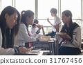 在教室裡吃午飯的高中生 31767456