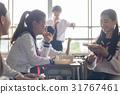 在教室裡吃午飯的高中生 31767461