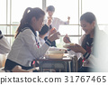 在教室裡吃午飯的高中生 31767465