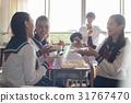 在教室裡吃午飯的高中生 31767470