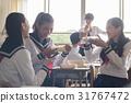 在教室裡吃午飯的高中生 31767472
