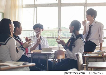 교실에서 도시락을 먹는 고교생 31767477
