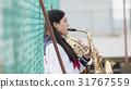 在屋頂上練習樂器的學校女生 31767559