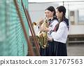 在屋頂上練習樂器的學校女生 31767563