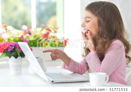 girl using modern laptop 31771533