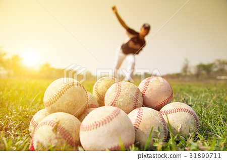 Baseball players to practice pitching outside 31890711