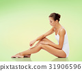 woman with safety razor shaving legs 31906596