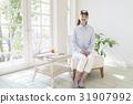 의자에 앉아 여성 31907992