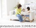 딸들에게 그림책을 읽어 어머니 31908258