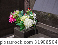 Grave and flowers 31908504