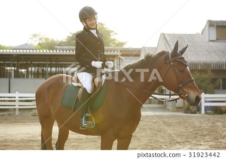 骑马的妇女 31923442