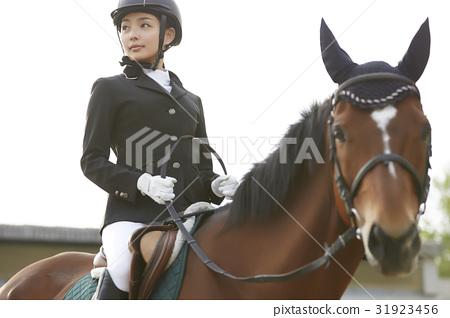 骑马的妇女 31923456